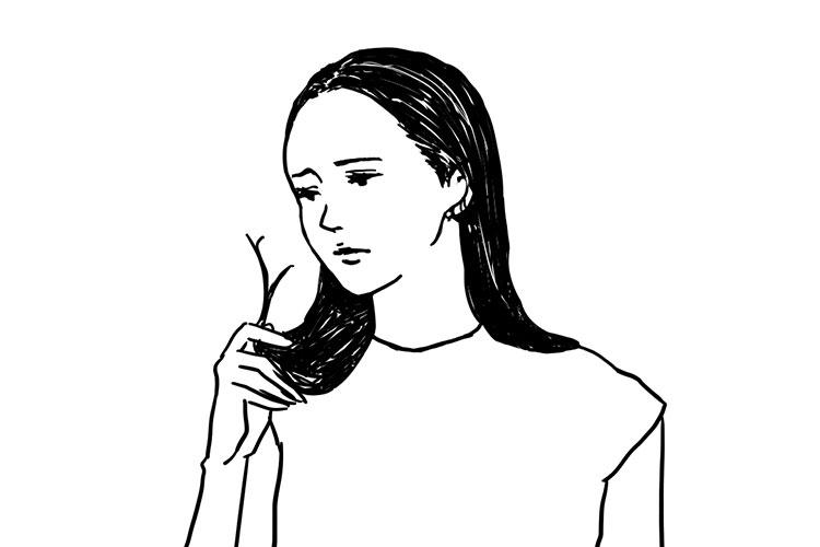 毛先を気にする女性