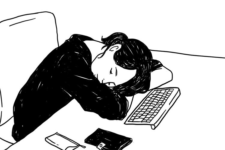 パソコンの前で寝てしまう女性